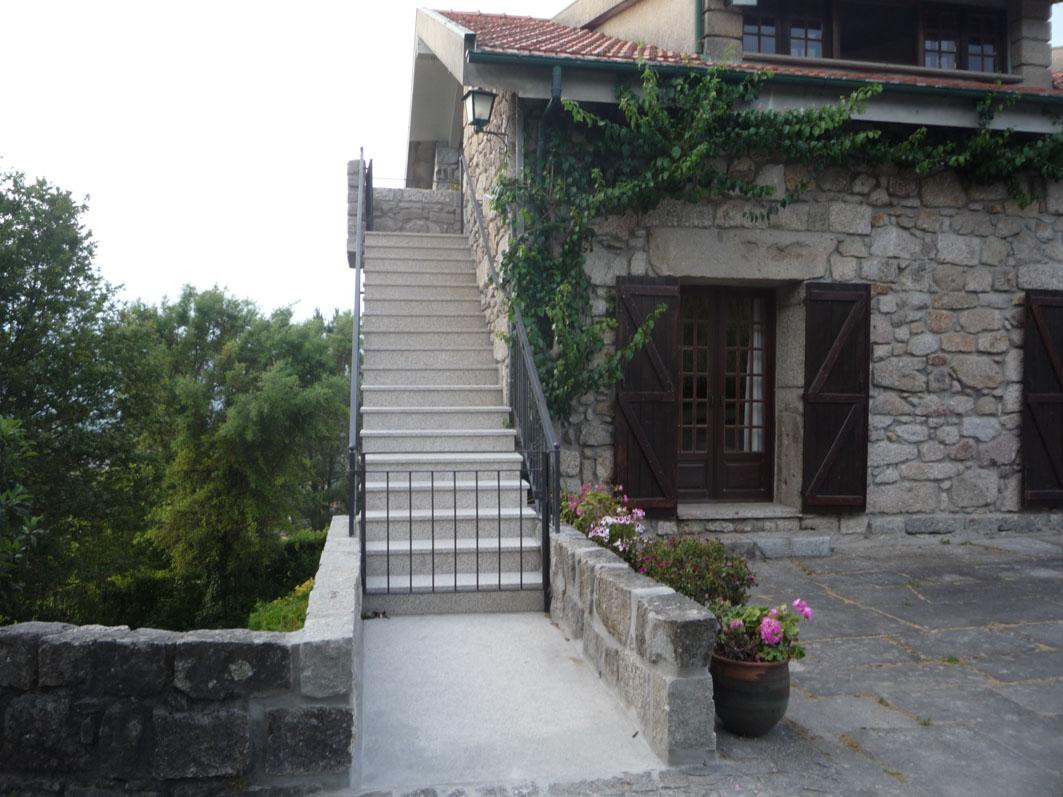 La casa y los jardines casa do alto for Jardin entrada casa
